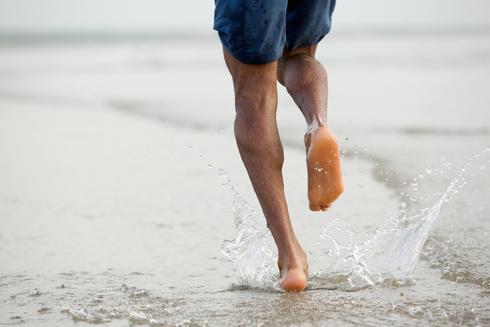 ריצה יחפה על החוף, צילום: שאטרסטוק