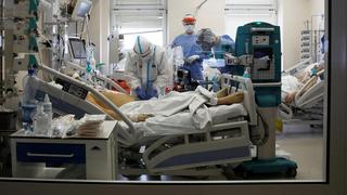 בית חולים ורשה פולין קורונה מכונת אקמו לב ריאה הנשמה, צילום: רויטרס
