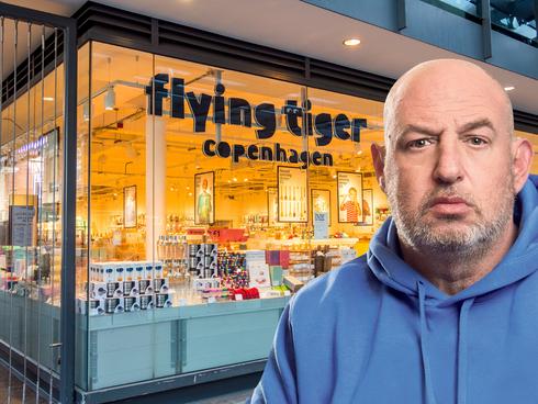 הראל ויזל על רקע סניף חנות רשת פליינג טייגר , צילום: דימה טליאנסקי, שאטרסטוק