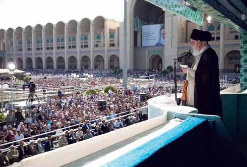 המנהיג העליון של איראן עלי חמינאי בדרשה בשנה שעברה. חותר לכך שבבחירות עוד חודשיים ייבחר נשיא שמרני , צילומים: IRANIAN SUPREME LEADER PRESS OFF
