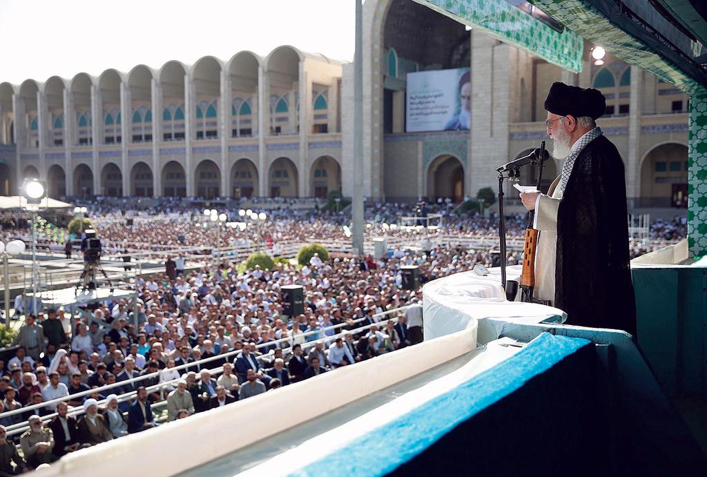 המנהיג העליון של איראן עלי חמינאי בדרשה בשנה שעברה