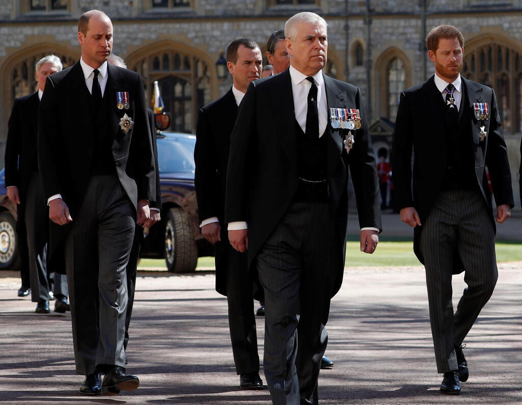 כלכליסט בני משפחת המלוכה ובהם הנסיכים הארי ו-וויליאם מלווים את הארון