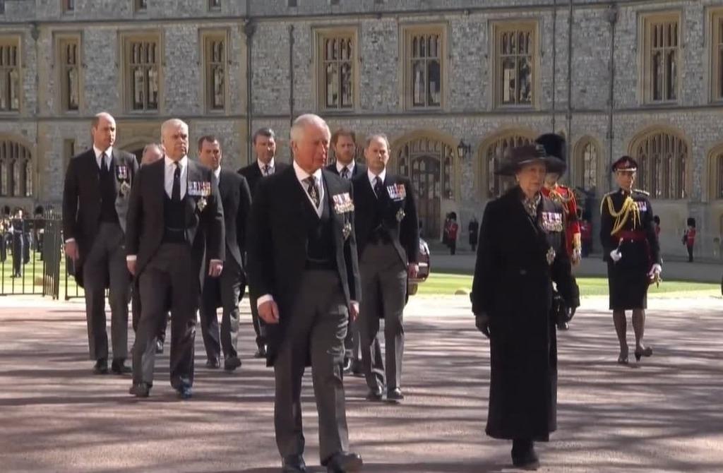 כלכליסט יורש העצר צ'ארלס והמלכה אליזבת בהלווית הנסיך פיליפ