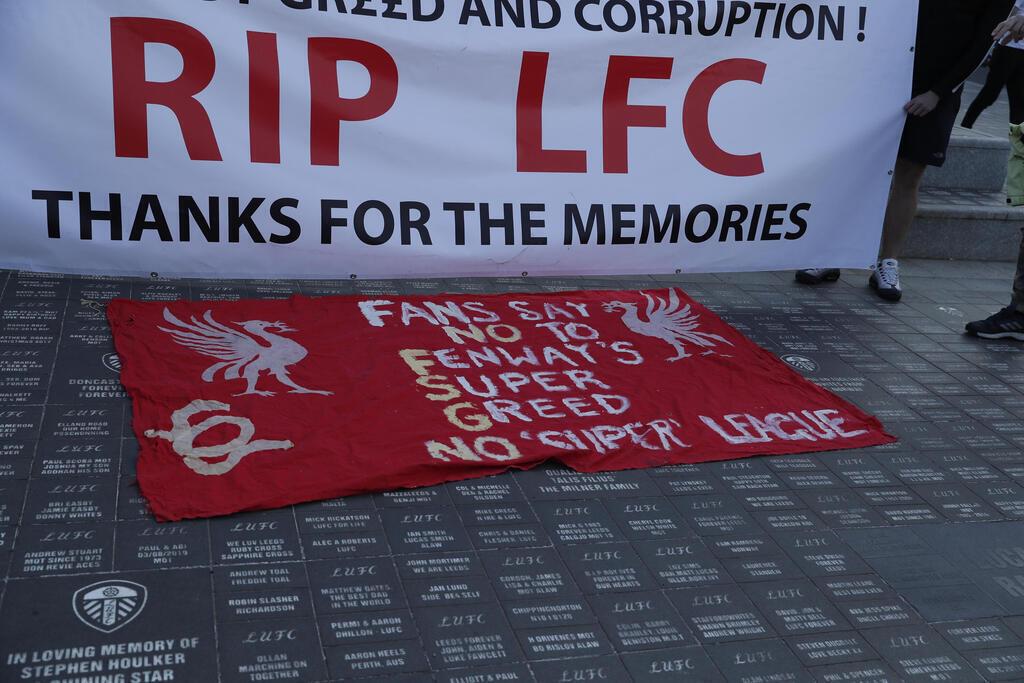 שלט שתלו אוהדי ליברפול ב אנפילד נגד ה סופר-ליג