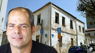 מייסד וויקס גיורא קפלן, על רקע הבית בנווה צדק. 2 מבנים מחוברים עם חצר ביניהם, צילום: שאול גולן, אריאל בשור