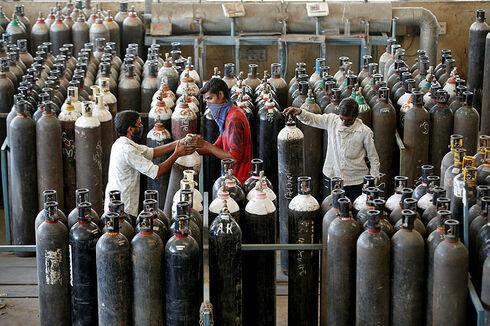 חלוקת בלוני חמצן באחמדאבאד לטובת חולי קורונה, רויטרס