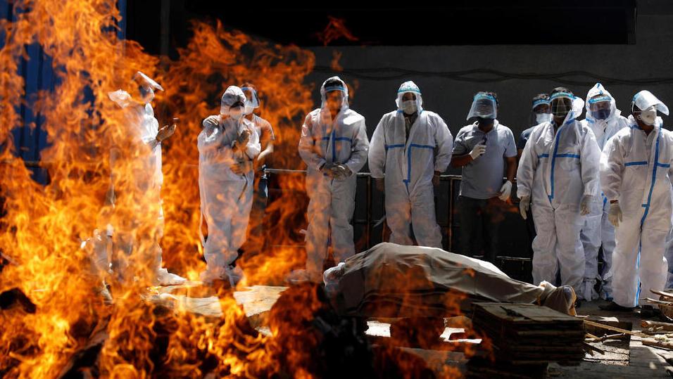 הודו שריפת גופה של חולה קורונה