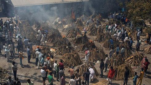 שריפת גופות המונית של חולי קורונה בניו דלהי, הודו, AP