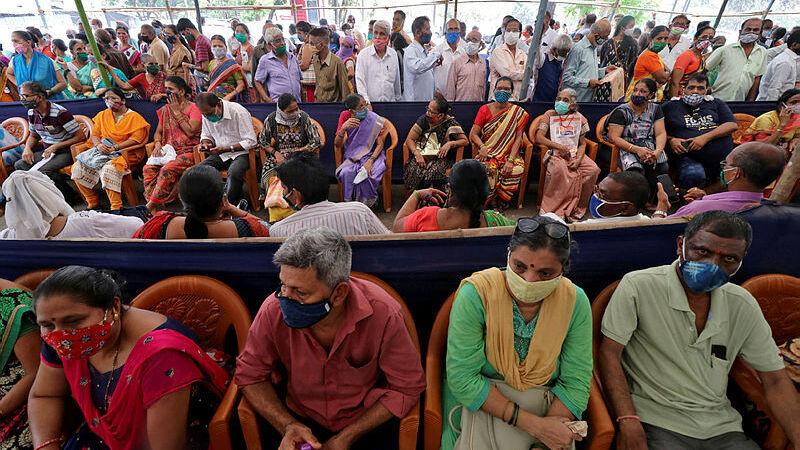 הודו אנשים מחכים בתור לקבלת חיסון ל קורונה ב מומבאי