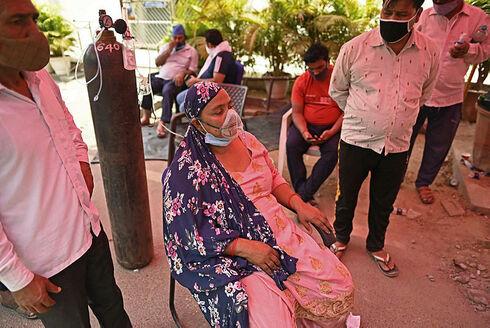 חולה קורונה מקבלת חמצן בעיר גאזיאבאד, AFP