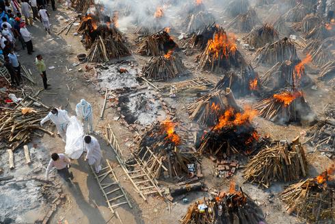 שרפה המונית של גופות נספים מקורונה בדלהי הודו, צילום: רויטרס