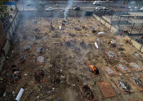 שריפת גופות של חולי קורונה בהודו , צילום: איי פי