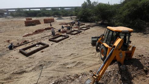 הכנת שטח לשריפת גופות בהודו, צילום: רויטרס