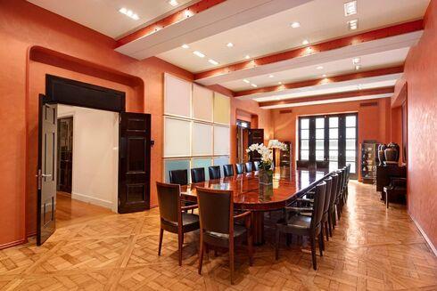 חדר האוכל, Sotheby