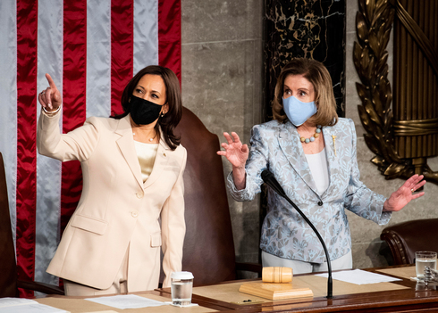 """ננסי פלוסי וקמלה האריס סגנית נשיא ארה""""ב בקונגרס בעת נאום ביידן , צילום: אי פי איי"""