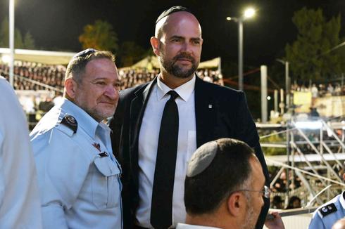 """השר לביטחון פנים אמיר אוחנה והמפכ""""ל יעקב שבתאי במירון זמן קצר לפני האסון, צילום: דוברות המשטרה"""