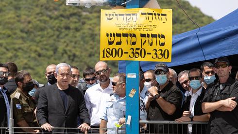 """בנימין נתניהו, אמיר אוחנה והמפכ""""ל יעקב שבתאי במירון  אחרי האסון, צילום: דוברות המשטרה"""