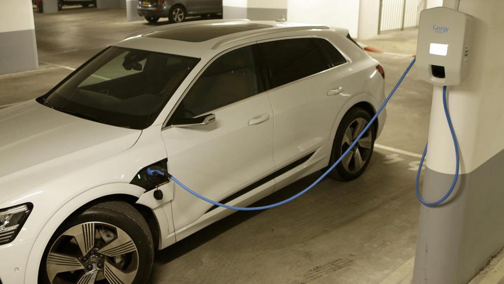 מכונית חשמלית בטעינה
