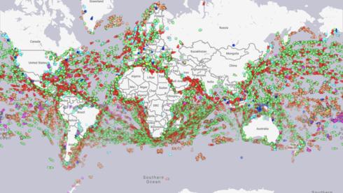 תמונת מצב של תנועת אוניות בעולם, נכון ליום חמישי ה-6 במאי בשעה 12:00 בצהריים. הרוב סובב סביב שתי התעלות, צילום מסך