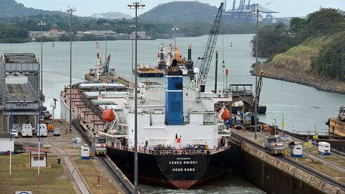 אונייה עוגנת בתעלת פנמה. הרבה תלוי גם בכמות המשקעים, צילום: איי אף פי