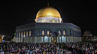מתפללים במסגד אל אקצא בירושלים , צילום: איי אף פי