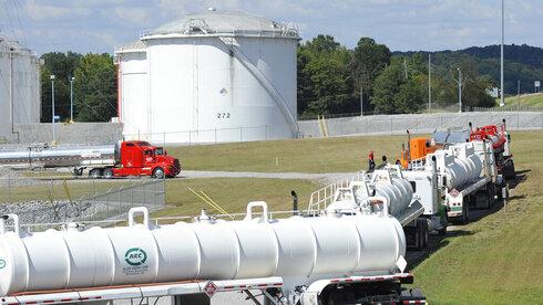 """משאיות של חברת קולוניאל פייפליין בארה""""ב, צילום: AP"""