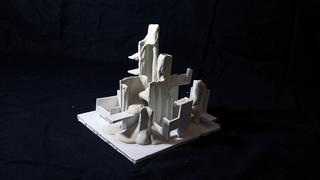 פנאי מימין: האוצרות טלי קיים ו הגר רבן מיצב של פסי קומר ולמעלה עבודה של עירית יציב  דגם לבן פסל
