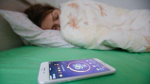 מחקר: כל השטיקים של הסמארטפון לשיפור השינה לא באמת עובדים