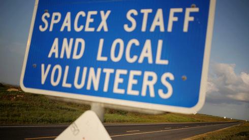 הכניסה לעובדי ספייסX ומתנדבים מקומיים בלבד, צילום: בלומברג