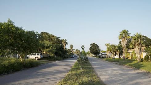 רחוב בעיירה. לחצים למכור נכסים, צילום: בלומברג