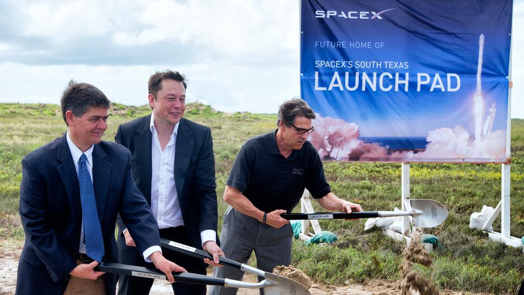 איילון מאסק מניח אבן פינה למנחת חדש ב בוקה צ'יקה טקסס עיירהספייס איקס SpaceX