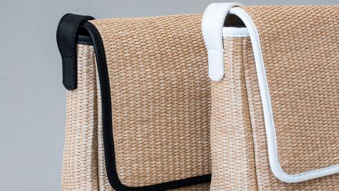 """תיק מראפיה טבעית בשילוב עור לקיץ של המעצבת ענבר הררי, צילום: יח""""צ"""