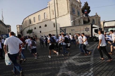 אזעקות בירושלים, אנשים תופסים מחסה, צילום: אלכס קולומויסקי