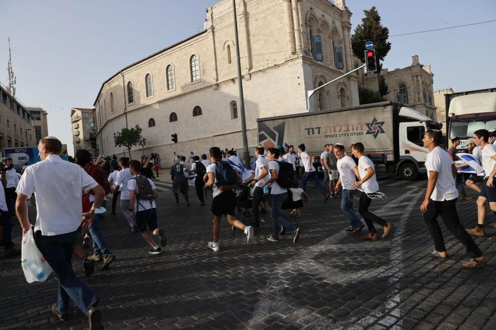 ירי אזעקות ב ירושלים אנשים תופסים מחסה