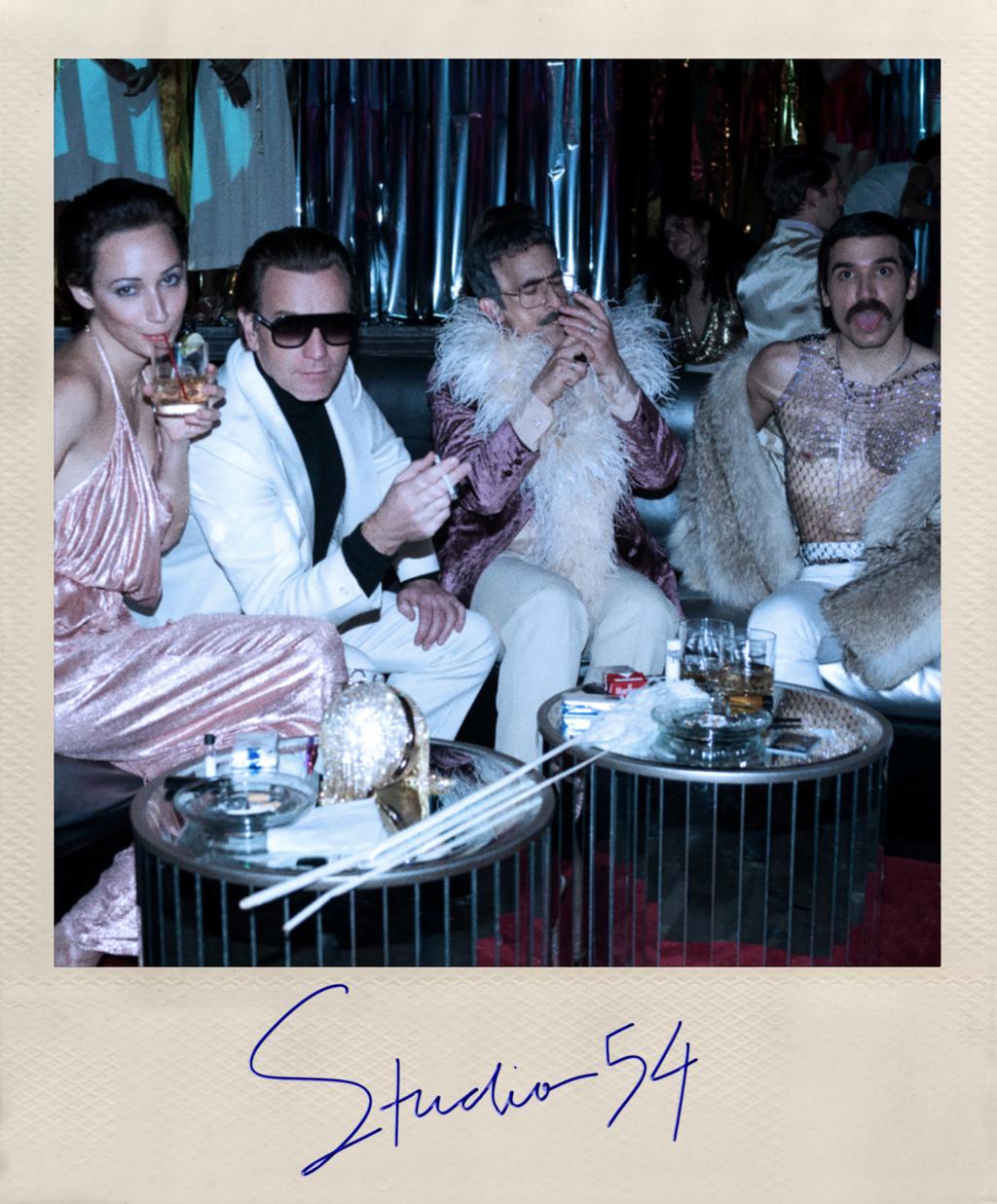 מעצב האופנה רוי הלסטון פרואיק בחליפה לבנה ב סטודיו 54 פנאי
