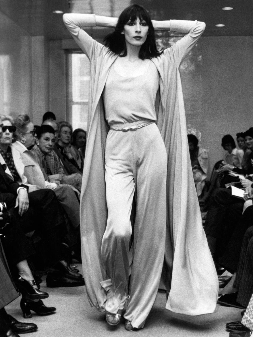 אנג'ליקה יוסטון מדגמנת בתצוגה של המעצב האופנה רוי הלסטון פנאי