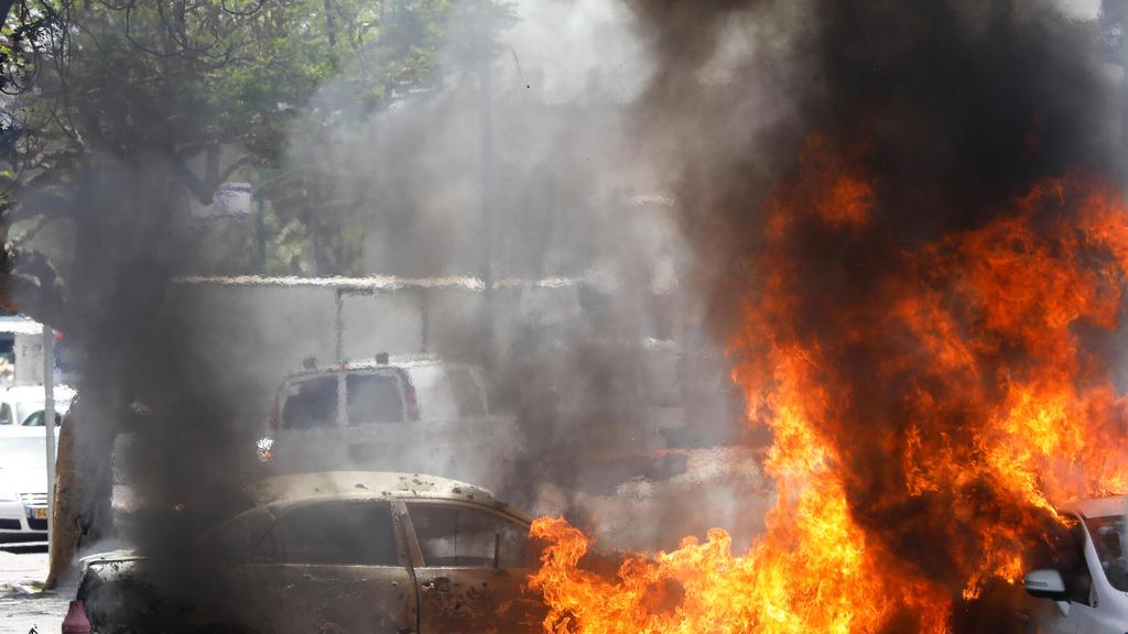 פגיעת רקטה רקטות טילים טיל עשן אש ב מכונית רכב רכבים מכוניות ב אשקלון מבצע שומר החומות  2