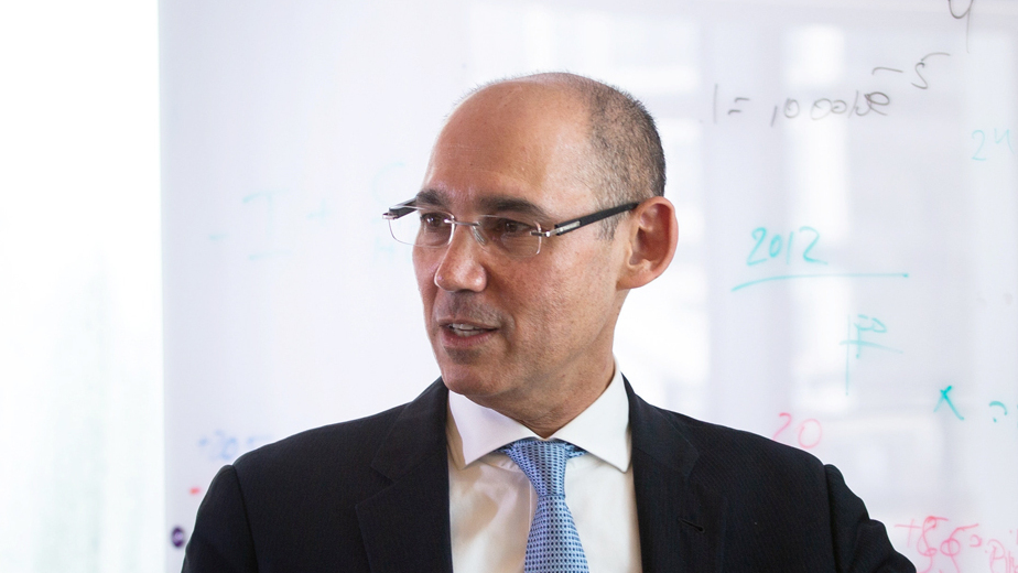 פרופסור אמיר ירון נגיד בנק ישראל ב משרדו ב ירושלים