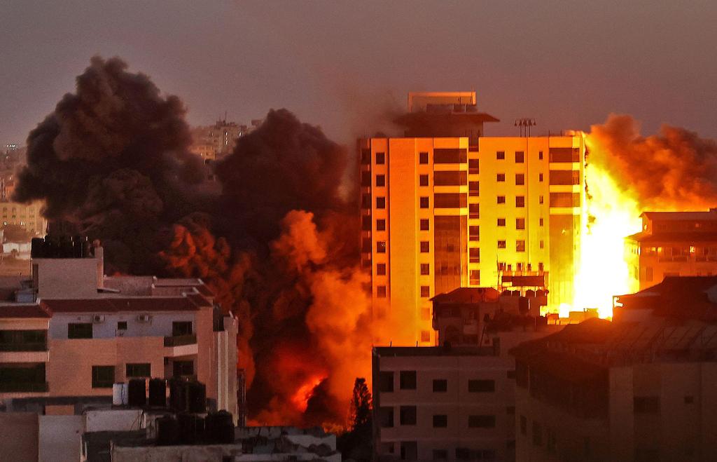 """תקיפה הפצצה של חיל האוויר צה""""ל ב עזה מגדל בניין מבצע שומר החומות"""
