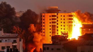"""תקיפה הפצצה של חיל האוויר צה""""ל ב עזה מגדל בניין מבצע שומר החומות, צילום: איי אף פי"""