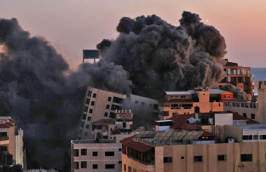 """תקיפה הפצצה של חיל האוויר צה""""ל ב עזה מגדל בניין מבצע שומר החומות 1"""