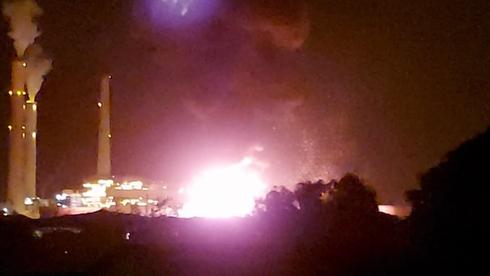 """שריפה גדולה משתוללת במיכל הדלק של חברת תש""""ן שנפגע אחר הצהרים מרקטה"""