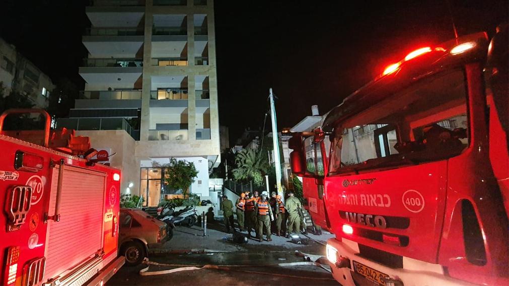 בניין שנפגע מרקטה ב גבעתיים מבצע שומר החומות