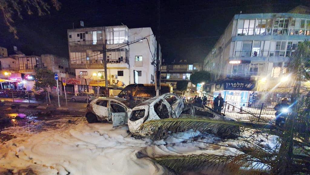 פגיעה ב רחוב ב חולון אוטובוס רכבים נזק נפילה טיל טילים רקטה רקטות עזה מצבע שומר חומות 1