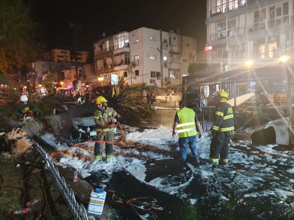 פגיעה ב רחוב ב חולון אוטובוס רכבים נזק נפילה טיל טילים רקטה רקטות עזה מצבע שומר חומות 2