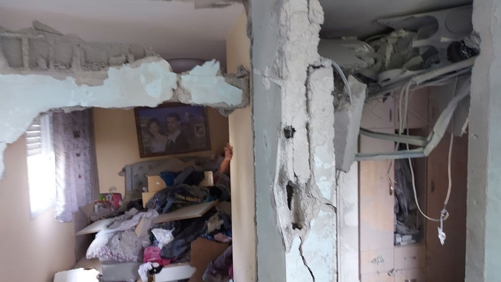 הרס בדירה שנפגעה מ רקטה