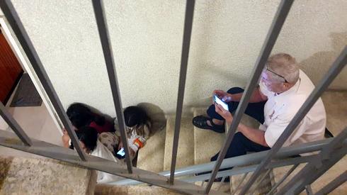 תל אביב אזעקות אנשים ב מרחב מוגן חדר מדרגות שומר החומות, צילום: דנה קופל