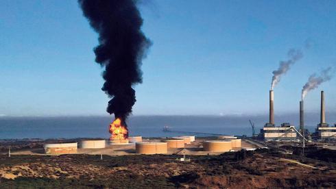 השריפה במתקן הדלק באשקלון הסתיימה בנס, הסכנות עוד כאן