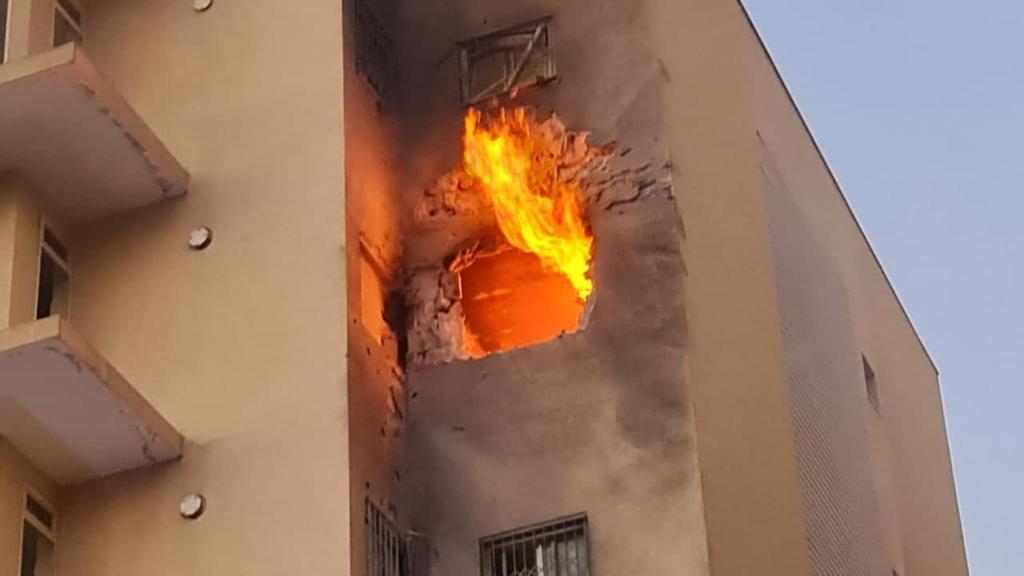 נפילה ב בית בניין ב שדרות אש עשן שריפה פגיעת טיל רקטה פגיעה ישירה שומר החומות