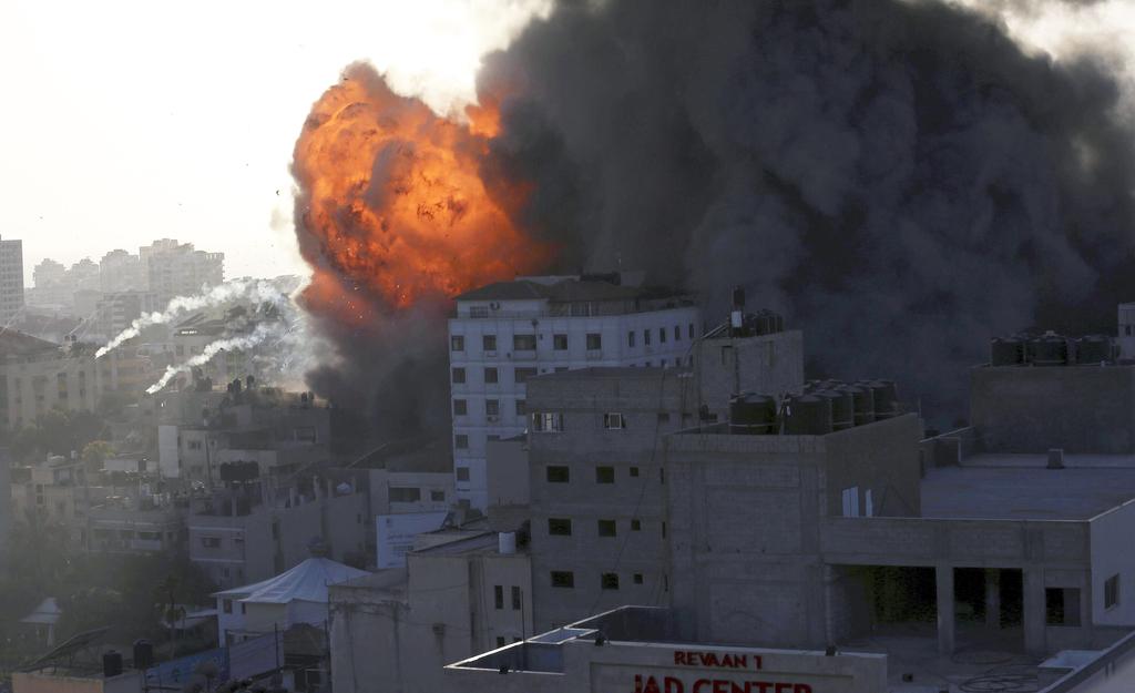 """תקיפה צה""""ל חיל האוויר ב עזה הפלה בניין מגדל שומר החומות"""